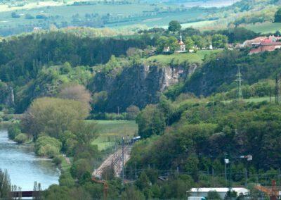 1. Pohled z berounského vrchu Děd na Tetín.